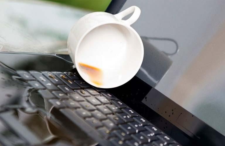 Laptop của bạn bị ngấm nước nên các bộ phận của bàn phím bị chập mạch