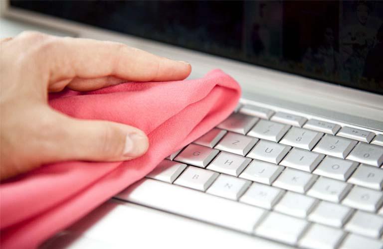 Lau chùi, vệ sinh sạch sẽ bàn phím và các phím bấm