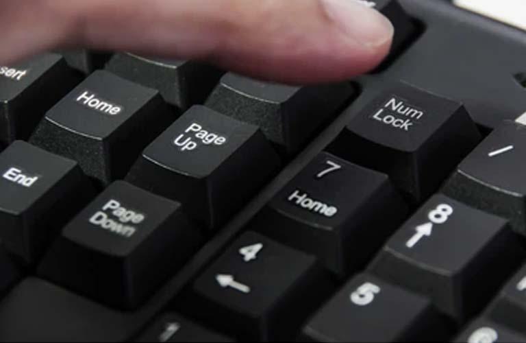 Nhấn phím Num Lock để kiểm tra xem laptop có bị treo hay không