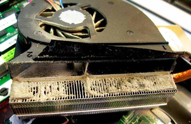 Quạt trong laptop không được vệ sinh thường xuyên nên lâu ngày bị đóng bụi