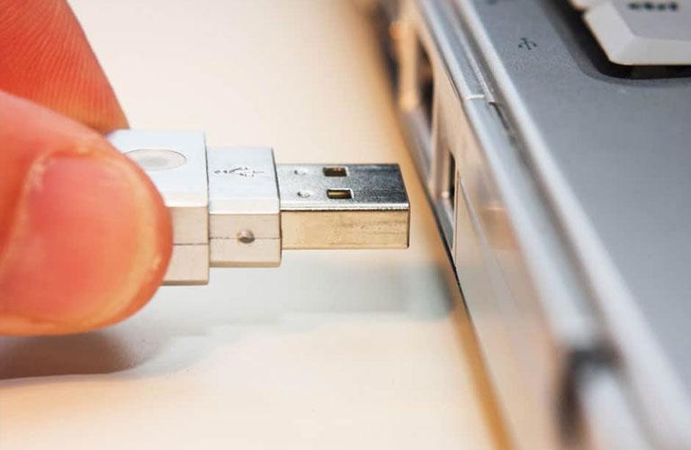 Hãy gỡ các thiết bị ngoại vi bên ngoài để máy có thể hoạt động bình thường