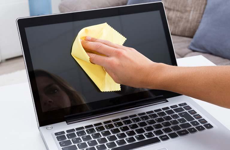 Bạn nhớ lay chùi cẩn thận và không được để nước xâm nhập sâu vào bên trong máy gây ra lỗi màn hình laptop trắng xóa