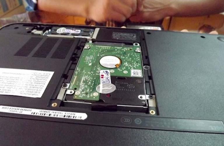 Phần mặt sau của laptop khi ổ cứng đã được mở ra để thay thế