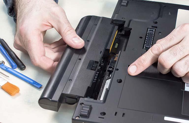 Các bạn không nên gỡ pin khi đang cắm sạc vì sẽ gây đến tình trạng sốc điện