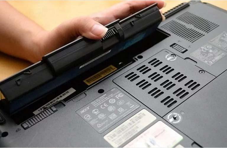 Kiểm tra xem pin có bị hư hoặc chai bằng cách sạc đầy pin rồi tháo ra và gắn lại