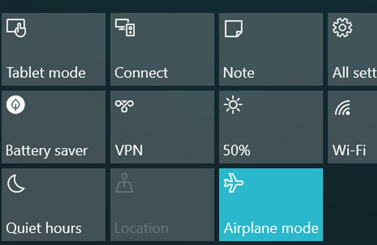 Các bạn nhấn vào biểu tượng hình máy bay để tắt chế độ Airplane mode đi